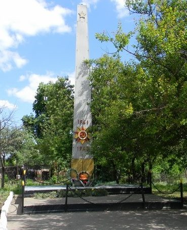 п. Жовтневое Золочевского р-на. Памятный знак, установлен рядом с клубом, в честь 80 погибших земляков