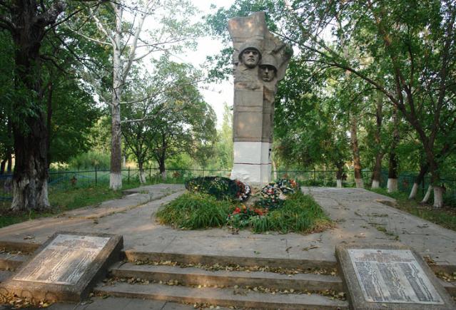 п. Рубленое Великобурлукского р-на. Памятник установлен на братской могиле, в которой похоронено 18 воинов. Рядом с памятником расположены мемориальные плиты с именами погибших на войне односельчан.
