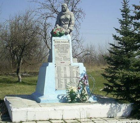 с. Парасковия Кегичёвского р-на. Памятник установлен на братской могиле, в которой похоронено 35 воинов, погибших при освобождении села