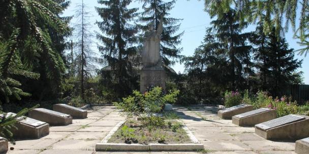с. Петроивановка Двуречанского р-на. Памятник установлен на братской могиле, в которой похоронено 33 советских воина