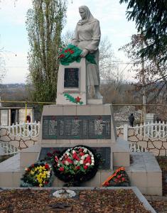 п. Казачья Лопань Дергачевского р-на. Памятник на площади Ленина, установлен на братской могиле, в которой похоронено 77 воинов, погибших при освобождении поселка