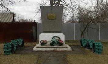 п. Золочев. Памятный знак воинам 18 танкового корпуса, освободивших Золочев в августе 1943 года