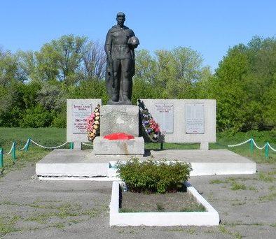 с. Рассоховатая Кегичёвского р-на. Памятник установлен на братской могиле, в которой похоронено 26 воинов, в т.ч. 24 неизвестных