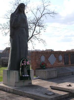 с. Гатище Волчанского р-на. Памятник на братской могиле, в которой похоронено 217 воинов