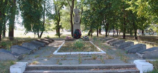 с. Таволжанка Двуречанского р-на. Памятник установлен на братской могиле, в которой похоронено 63 советских воина