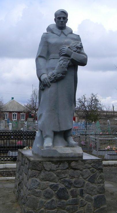 п. Золочев. Памятник на кладбище по улице Щорса, установлен на братской могиле, в которой похоронено 215 воинов