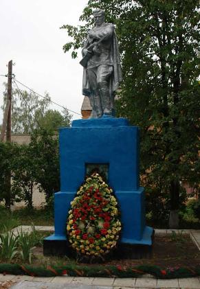 п. Хатнее Великобурлукского р-на. Памятник возле школы установлен на братской могиле, в которой похоронено 28 советских воинов