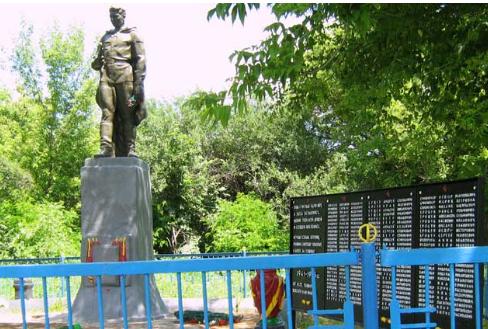 с. Бакшеевка Волчанского р-на. Памятник установлен на братской могиле, в которой похоронено 10 советских воинов. Здесь же установлены мемориальные плиты с именами погибших земляков во время войны.