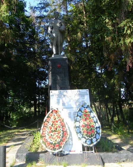 с. Великие Проходы Дергачевского р-на. Памятник в центре села, установлен на братской могиле, в которой похоронено 323 воина, погибших при освобождении села