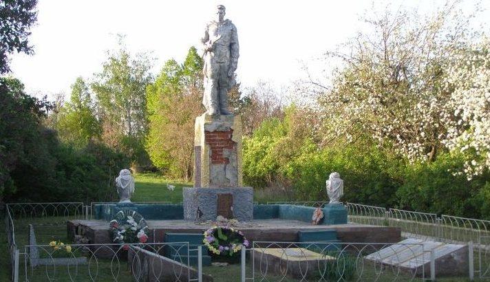 с. Вернополье Изюмского р-на. Памятник в центре села, установлен на братской могиле, в которой похоронено 55 воинов. Здесь же установлены мемориальные плиты с именами погибших односельчан