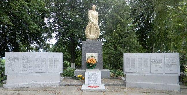 с. Бараново Валковского р-на. Памятник установлен на братской могиле, в которой похоронено 418 воинов, в т.ч. 392 неизвестных.
