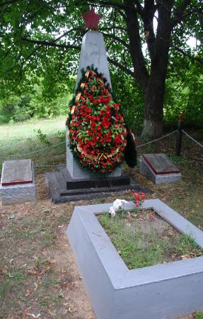 п. Шевченково Великобурлукского р-на. Памятник в центре села, установлен на братской могиле, в которой похоронено 21 воин