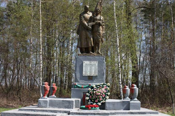 с. Жовтневое (Замуловка) Волчанского р-на. Памятник установлен на братской могиле советских воинов, погибших в боях за село