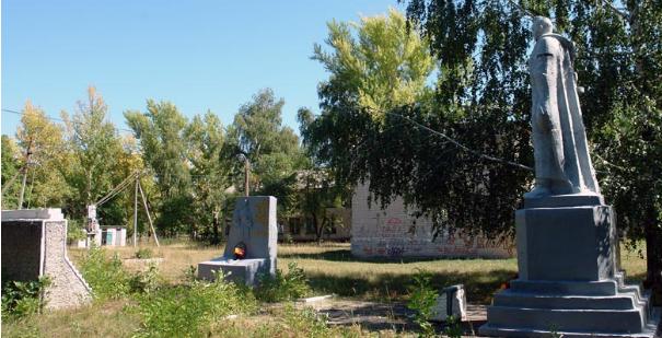 с. Токаревка Двуречанского р-на. Памятник установлен на братской могиле, в которой похоронено 10 советских воинов