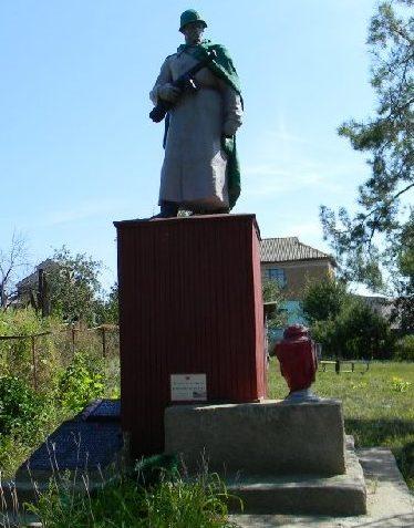 п. Казачья Лопань Дергачевского р-на. Памятник во дворе детского сада, установлен на братской могиле, в которой похоронено 134 воина, погибших при освобождении поселка