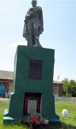 с. Землянки Волчанского р-на. Памятник в центре села, установлен на братской могиле, в которой похоронено 80 воинов