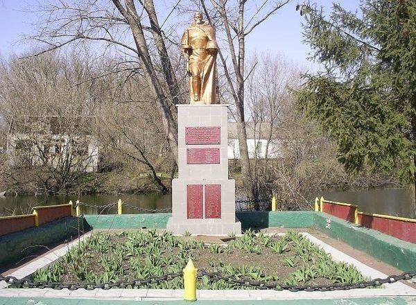 п. Чапаево Кегичёвского р-на. Памятник установлен на братской могиле, в которой похоронено 322 воина, в т.ч. 307 неизвестных, погибших при освобождении поселка