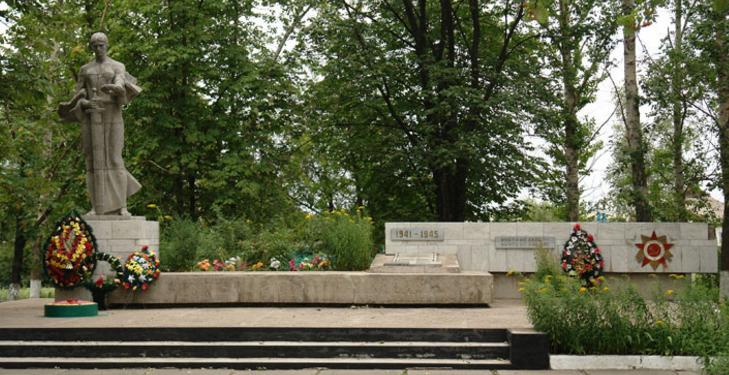 п. Шиповатое Великобурлукского р-на. Мемориал в центре села, сооружен на братской могиле, в которой похоронено 83 воина