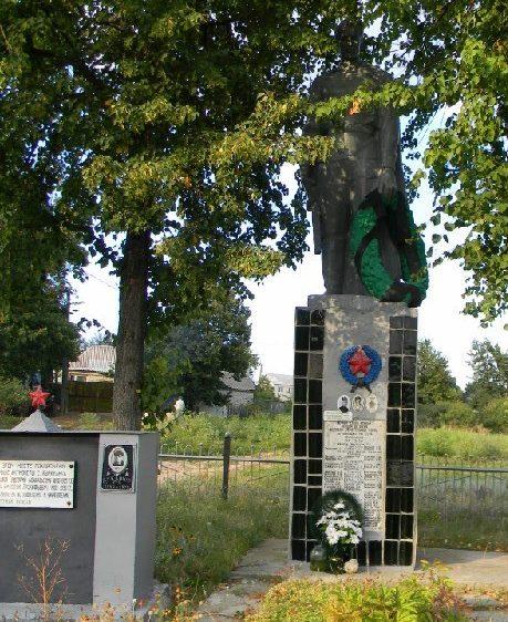 с. Куряжанка Дергачевского р-на. Памятник установлен на братской могиле, в которой похоронено 116 воинов, погибших в боях за село