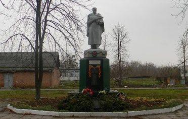 с. Дачное Змиевского р-на. Памятник на территории дома отдыха, установлен на братской могиле, в которой похоронено 23 воина