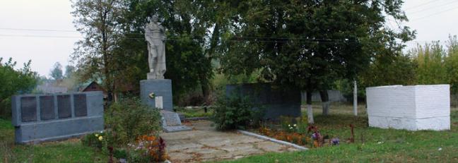 с. Костев Валковского р-на. Памятник в центре села установлен на братской могиле, в которой похоронено 126 воинов, погибших в боях за село. На стеле, возле памятника, нанесены имена погибших в годы войны односельчан.