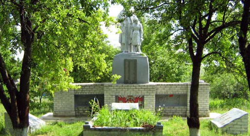 с. Котовка Волчанского р-на. Памятник установлен на братской могиле, в которой похоронено 64 воина