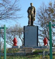 с. Дудковка Змиевского р-на. Памятник на сельском кладбище, установлен на братской могиле, в которой похоронено 695 воинов
