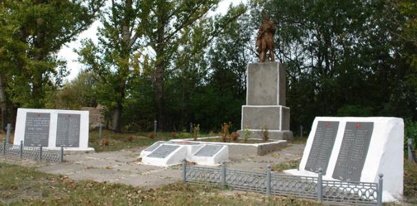 с. Литвиновка Валковского р-на. Памятник установлен на братской могиле, в которой похоронено 90 воинов, в т.ч. 58 неизвестных. На стелах, возле памятника, нанесены имена односельчан, не вернувшихся с войны.