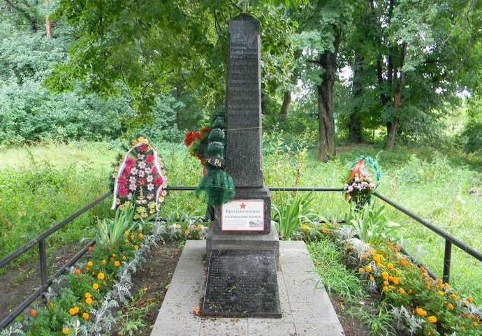 с. Лужок Дергачевского р-на. Обелиск установлен на братской могиле, в которой похоронено 22 воина, погибших в боях за село