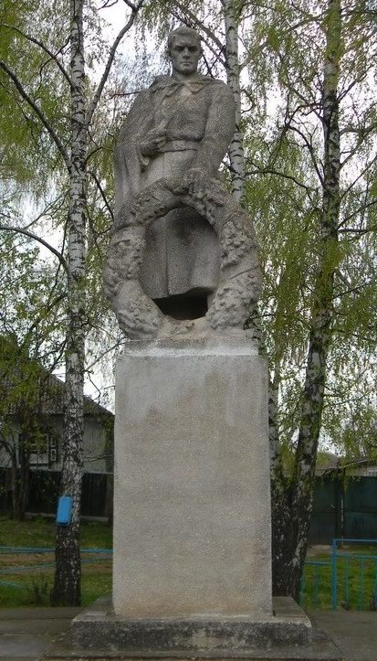 с. Молодовая Волчанского р-на. Памятник, установлен на братской могиле, в которой похоронено 427 воинов. Здесь же размещены памятные доски с именами погибших земляков в годы войны