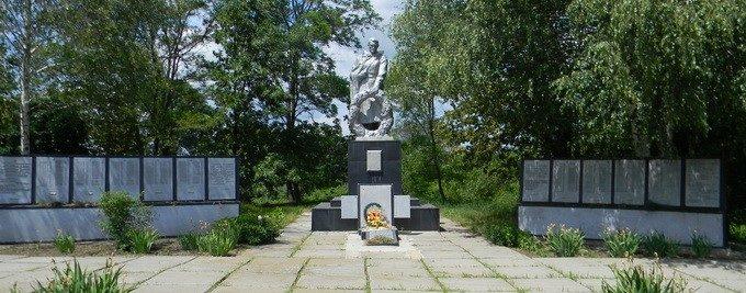 с. Мельниково Валковского р-на возле клуба
