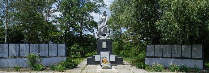 с. Мельниково Валковского р-на возле клуба. Памятник установлен на братской могиле, в которой захоронено 129 воинов, погибших в боях за село. На стелах, возле памятника, высечены имена погибших односельчан в годы войны.