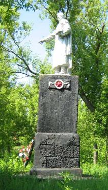 с. Нестерное Волчанского р-на. Памятник на братской могиле, в которой похоронено 55 воинов
