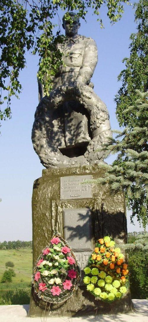 с. Западня Змиевского р-на. Памятник установлен на братской могиле, в которой похоронено 113 воинов, в т.ч. 12 неизвестных, погибших в боях за село