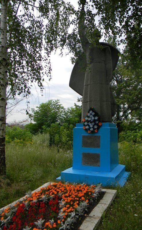 п. Малая Даниловка Дергачевского р-на. Братская могила 3 воинов, погибших при освобождении поселка.