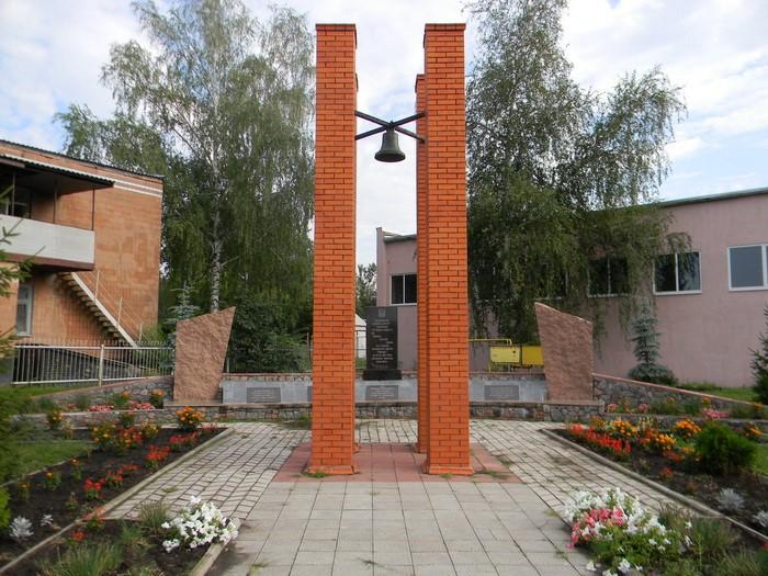 п. Золочев Золочевского р-на. Мемориальный комплекс, посвященный холокосту