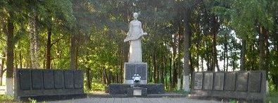 с. Огульцы Валковского р-на. Памятник в парке установлен на братская могиле, в которой похоронено 277 воинов, погибших в боях за село. На десяти мемориальных досках написаны имена 326 односельчан, погибших в годы войны.
