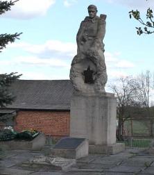с. Огурцово Волчанского р-на. Памятник в центре села установлен на братской могиле, в которой похоронено 23 советских воина