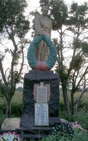 с. Перковка Волчанского р-на. Памятник установлен на братской могиле, в которой похоронено 130 воинов, павших в боях за освобождение села
