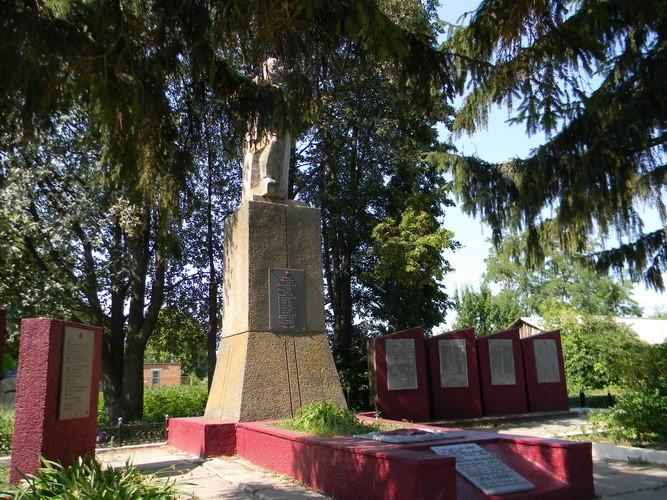 с. Очеретово  Валковского р-на. Общий вид братской могилы.