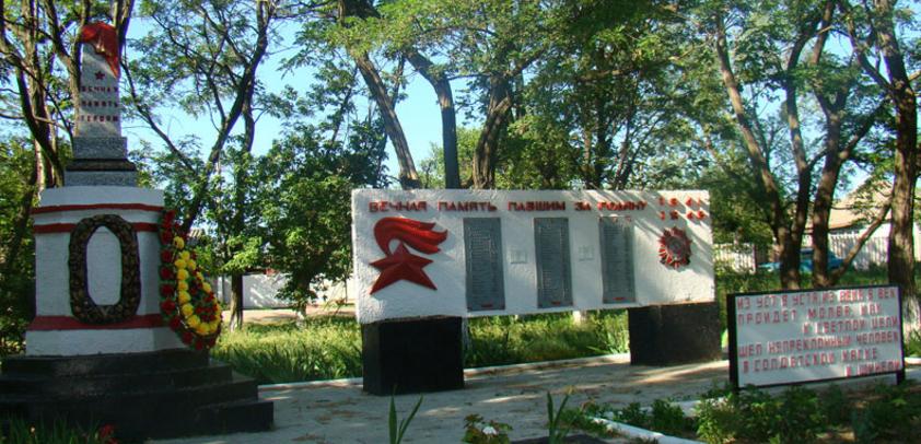 с. Глинское Изюмского р-на. Памятник на братской могиле, в которой похоронено 78 советских воинов
