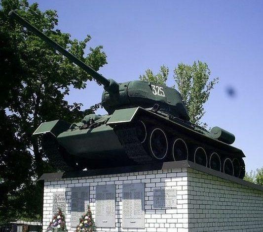 п. Белый КолодецВолчанского р-на. Танк Т-34 установлен на братской могиле, в которой похоронено 157 воинов, погибших в боях за поселок. Здесь же размещена памятная доска с именем Героя Советского Союза Н.П. Блинова.
