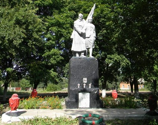 п. Ветеринарное Дергачевского р-на. Памятник установлен на братской могиле, в которой похоронено 26 воинов
