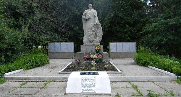 с. Благодатное Валковского р-на. Памятник в центре села, установлен на братской могиле, в которой похоронено 520 воинов.