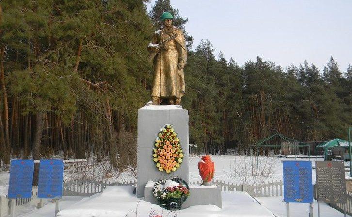 с. Петровское Волчанского р-на. Памятник на окраине села, установлен на братской могиле, в которой похоронен 151 воин