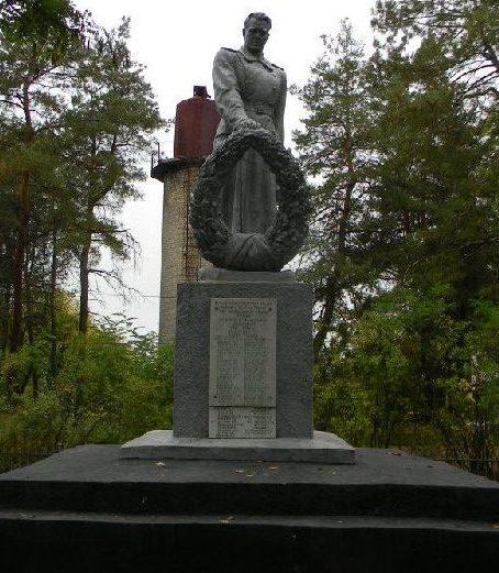 г. Змиев. Памятник по улице 50 лет ВЛКСМ, установлен на братской могиле, в которой захоронено 73 воина, погибших при освобождении города