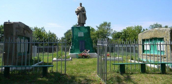 с. Лютовка Золочевского р-на. Памятник установлен на братской могиле, в которой похоронено 93 воина. На стелах размещены имена 132 погибших земляков на войне