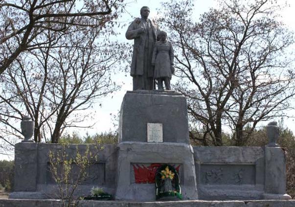с. Прилипка Волчанского р-на. Памятник установлен на братской могиле, в которой похоронено 9 воинов.