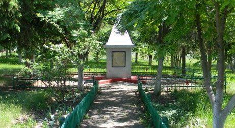 с. Макарово Золочевского р-на. Памятный знак во дворе школы, установлен на братской могиле воинов. На мемориальных досках - имена погибших земляков