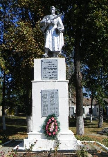п. Ольшаны Дергачевского р-на. Памятник установлен в центре села на братской могиле воинов, погибших при освобождении поселка